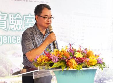 本院院長盧虎生蒞臨開幕致詞,表示此為國內第一個在大學開設智農實驗室,希冀培育跨領域人才