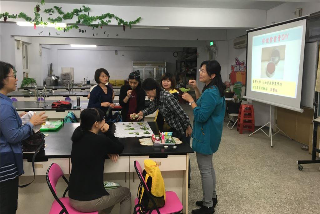 悠遊首都園藝課程講師解說保健紫草膏DIY製作