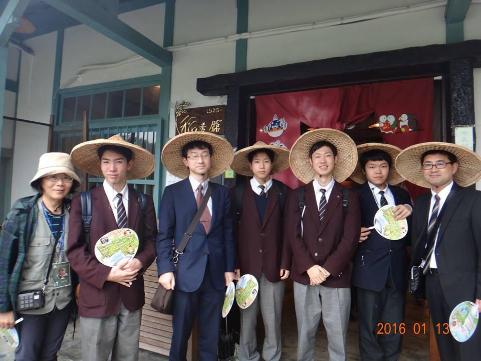 日本參訪團在稻香館前