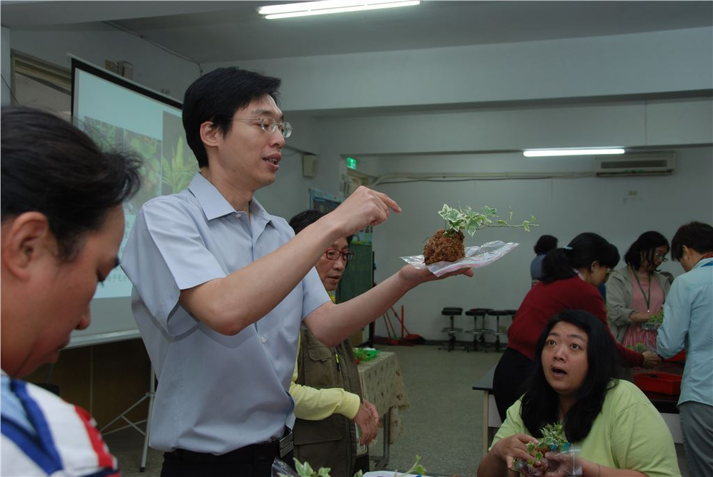 悠遊首都園藝課程講師解說苔球DIY製作