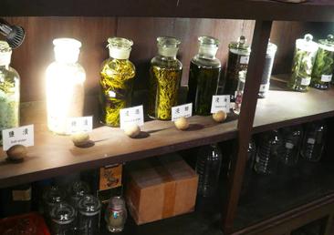 展示臺大農場休閒茶種類與植物精油粹取設備的照片