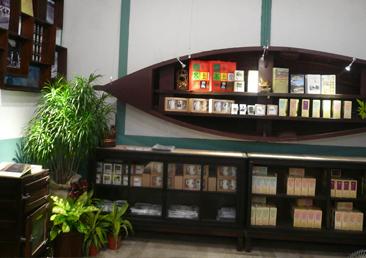 文創柑仔店-以舊有的辦公傢俱為陳設主體。