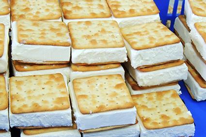 三明治冰淇淋 成形,尚未包裝前堆疊放置於大盒子中。