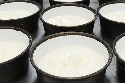 烘烤前的清蛋糕裝在圓形容器中