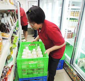 農產品展示中心舟山店工作人員將物品上架情形