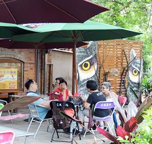 民眾在農產品展示中心的室外舒適空間休憩