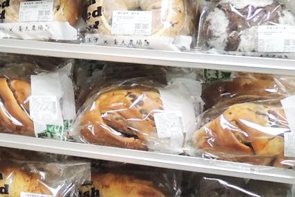 包裝好的臺大農場麵包,放在架上。